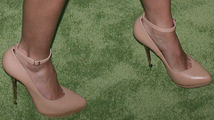 Cameron Diaz shows off her feet in dainty nude heels