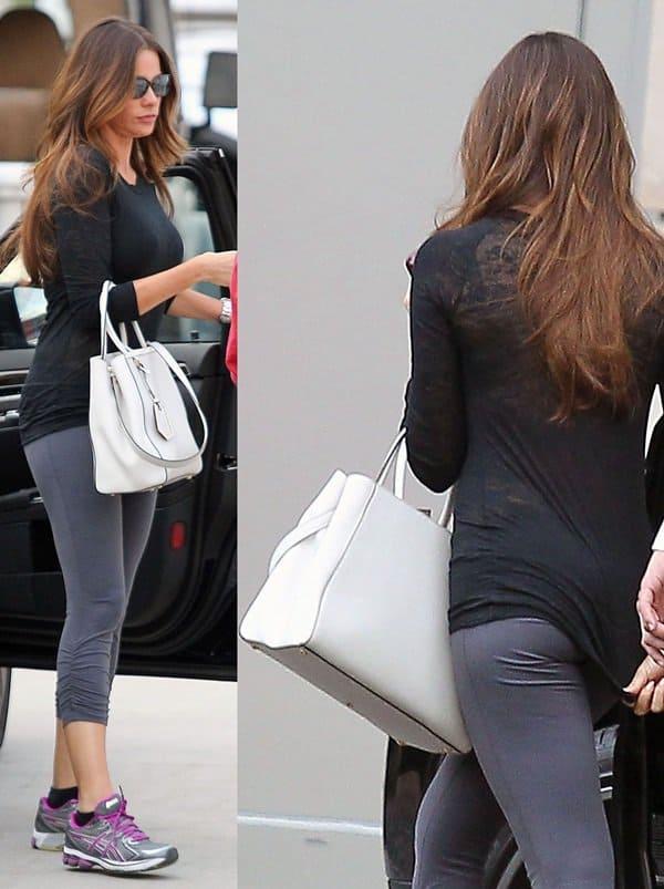 Sofia Vergara totes a white 2Jours tote bag from Fendi