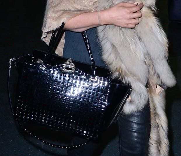 Jessica Simpson carrying a black Valentino Rockstud Trapeze tote