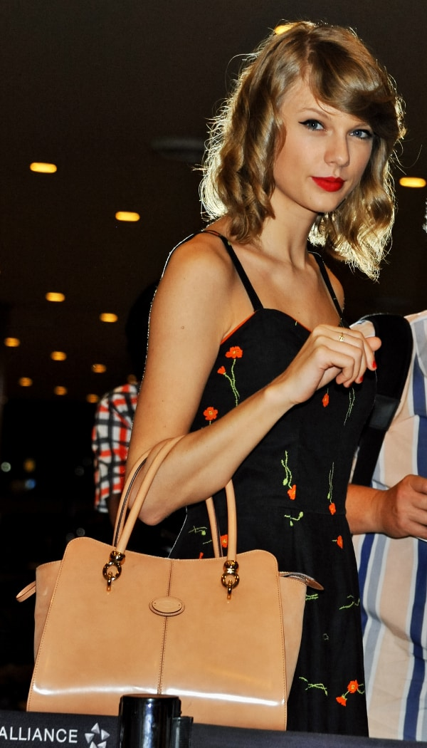 Taylor Swift chose a cream version of Tod's Sella tote so as not to overwhelm her retro-inspired little black dress