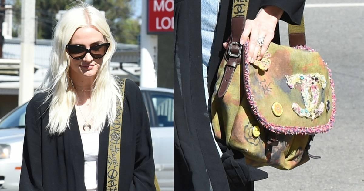880224368 Ashlee Simpson Carries $4,000 'Push Present' Chanel Graffiti Messenger Bag