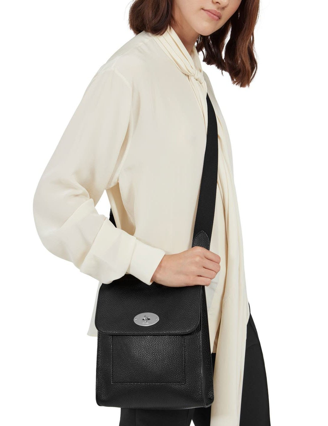 Available in various sizes and colors, the Antony takes inspiration from traditional postman bags