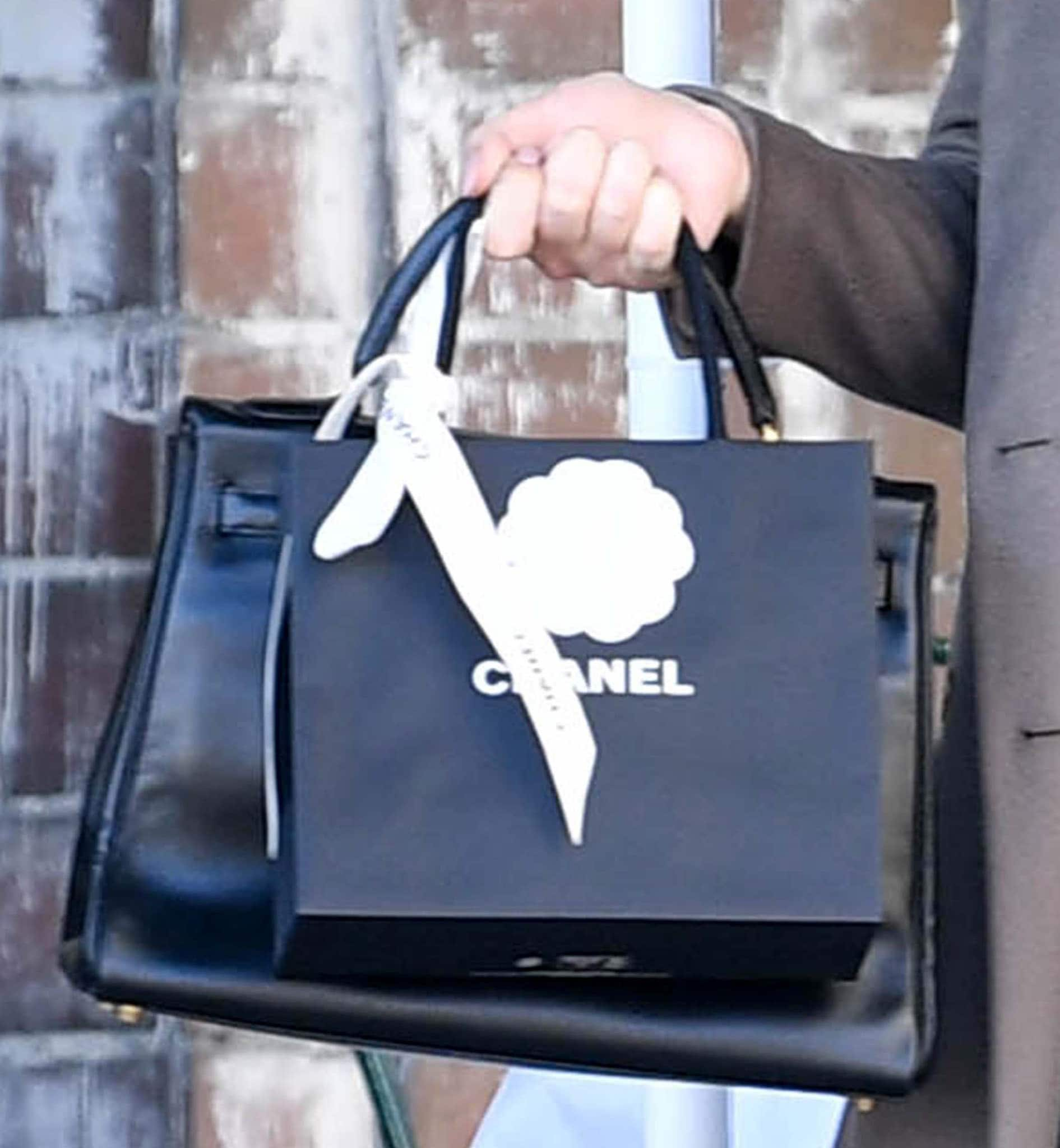 Kelly Osbourne carrying a Chanel paper bag while on a solo shopping trip in Los Angeles on November 18, 2020